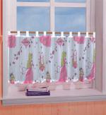 Für die kleine Prinzessin: Transparente Scheibengardine mit aufgedruckten Prinzessinen. Die Gardine ist für Gardinenstangen geeignet
